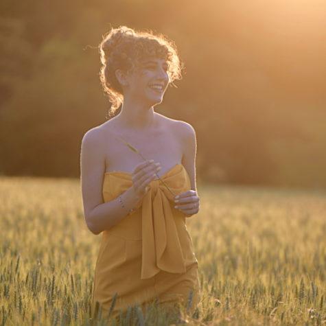 margot-villa-femme-soleil-nature-rire
